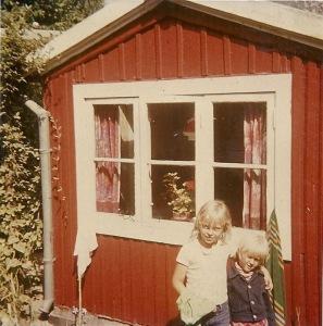 Barndomsbillede - med armen om min lille kusine i mormors kolonihavehus