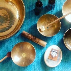 Klangmassage med klangskåle, sansula, rainstck og vindklokker